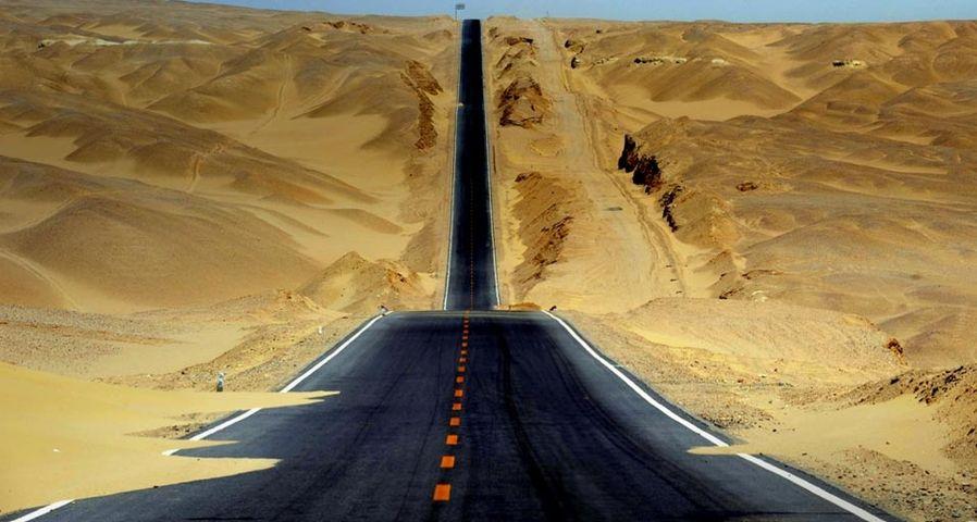 Eine Straße führt durch das Qaidam-Becken in der Provinz Qinghai, Westchina – Hou Deqiang/Corbis ©