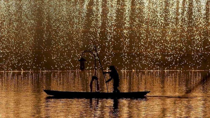 [国庆快乐] 中国,四川,成都,礼花在黄龙溪古镇上空绽放。