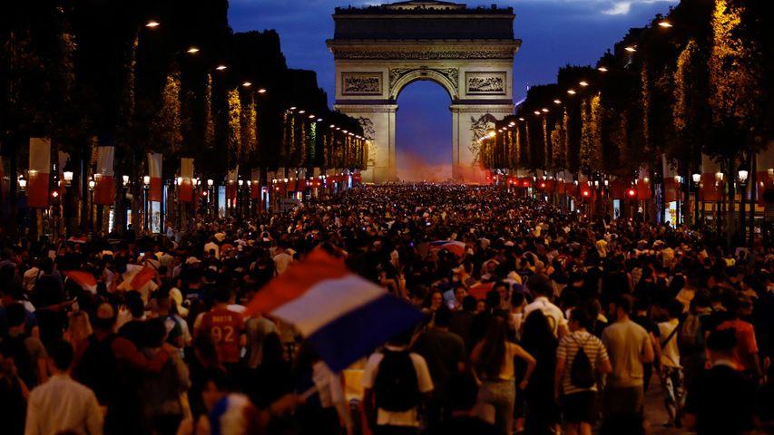 Une foule en liesse après la Victoire des Bleus face à la Belgique en demi-finale de la Coupe du monde, Champs-Élysées, France