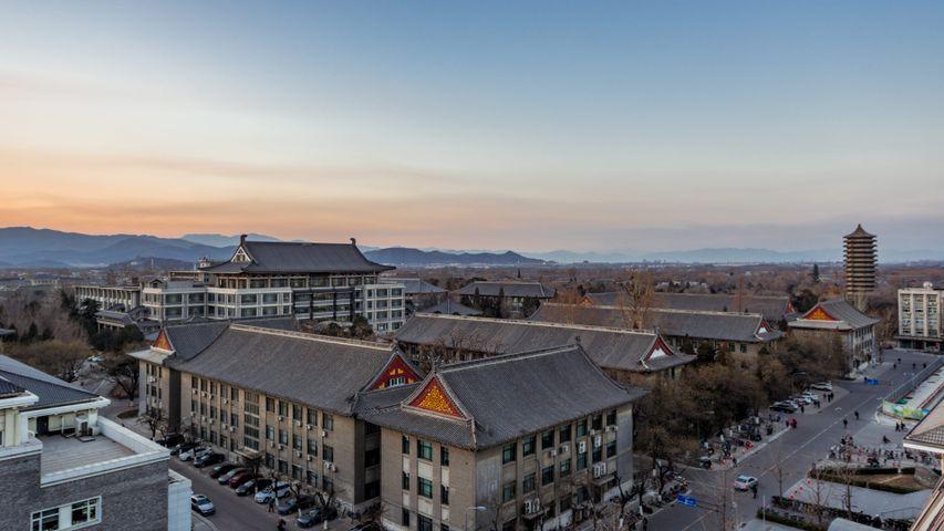 【北京大学120周年校庆】中国最有声望的学府之一北京大学日落时的鸟瞰图(© Dong Wenjie/Getty Images)