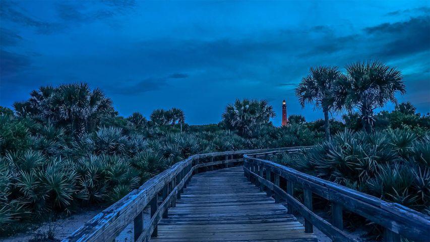 Entrada a tierra en la ensenada de Ponce de León con el faro del mismo nombre al fondo, Florida