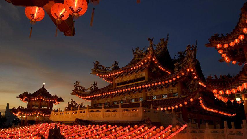 挂满红灯笼的中国寺庙