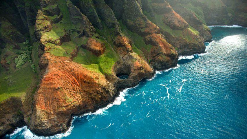 Bright Eye sea cave on the Nā Pali Coast, Kauai, Hawaii
