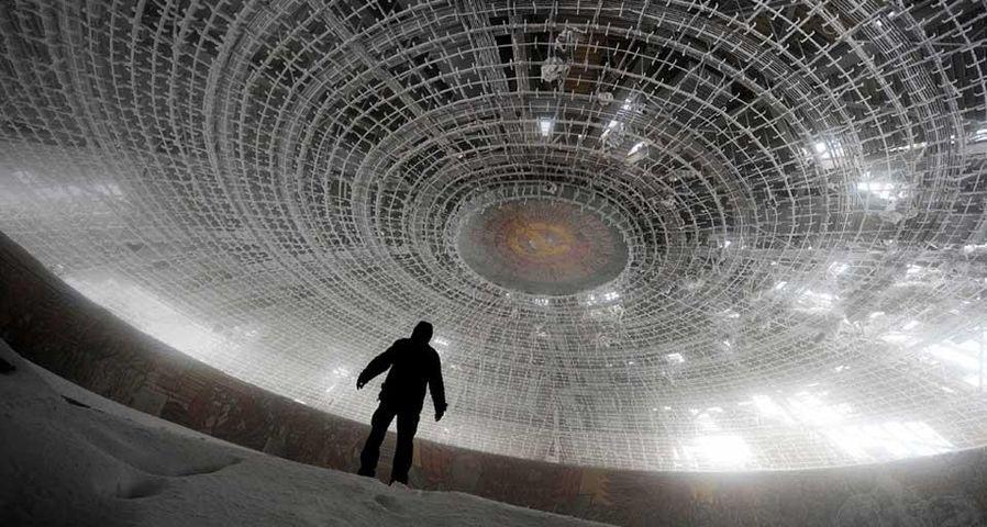 「ブズルジャ記念堂の内部」ブルガリア