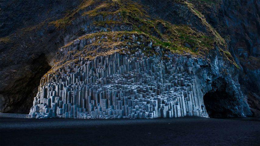 黑沙滩上Reynisdrangar的玄武岩,冰岛