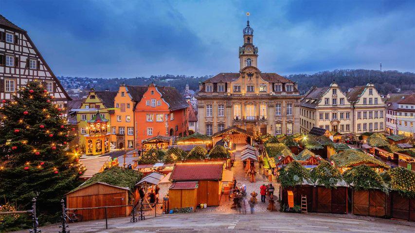 Annual Schwäbisch Hall Weihnachtsmarkt in the market square, Baden-Württemberg, Germany