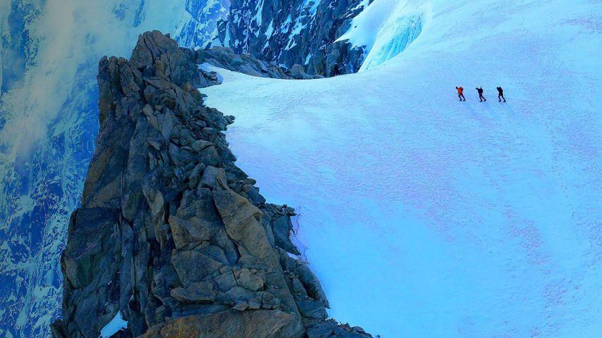 Cordada de alpinistas en un glaciar del Mont Blanc, Chamonix, Francia