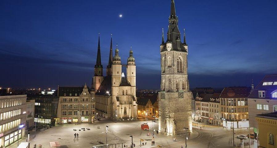 Marienkirche und Roter Turm bei Nachtbeleuchtung, Halle (Saale), Deutschland