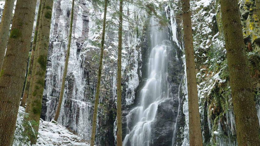 Der Burgbachwasserfall nahe Bad Rippoldsau-Schapbach im Winter, Baden-Württemberg, Deutschland