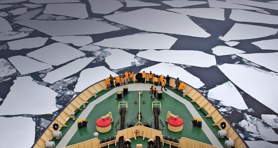 Der Eisbrecher Kapitan Khlebnikov navigiert durch Packeis der Antarktis – Frank Lukasseck/Corbis ©