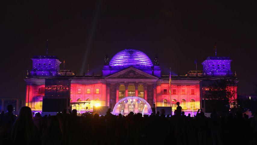 Illuminiertes Reichstagsgebäude in Berlin. Zum Tag der Deutschen Einheit