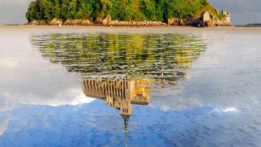 「水に映るモン・サン=ミシェル」フランス, ノルマンディー地方