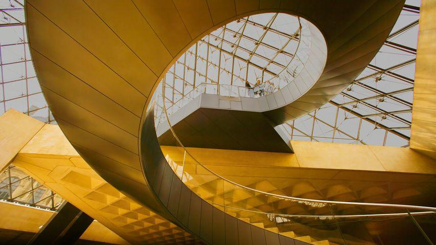 Escaliers sous la Pyramide du musée du Louvre à Paris, Île-de-France