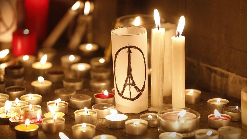 Des bougies sont allumées lors d'un rassemblement à Hong Kong en hommage aux victimes des attentats commis à Paris, 14 novembre 2015