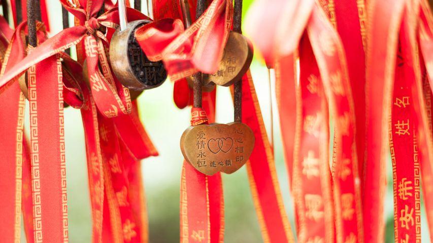【今日七夕】Love locker on a red stripe hanging in a temple in Chengdu, China © Philippe LEJEANVRE/Getty Images