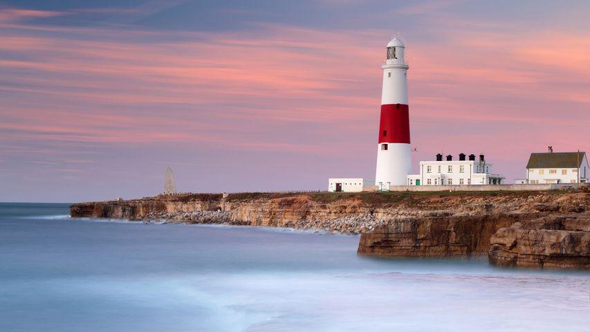 波特兰比尔灯塔处的晨光和海浪,英格兰多塞特郡