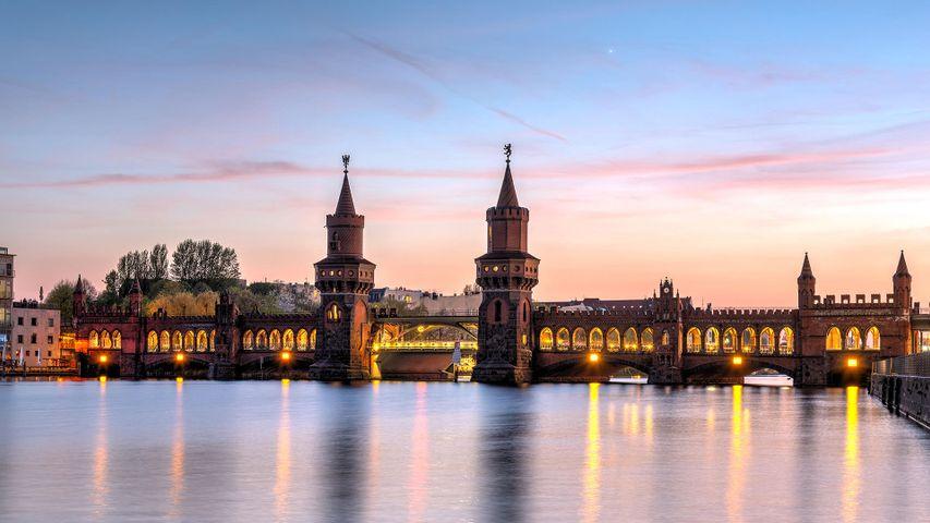 日落时分,柏林施普雷河上美丽的奥伯鲍姆桥