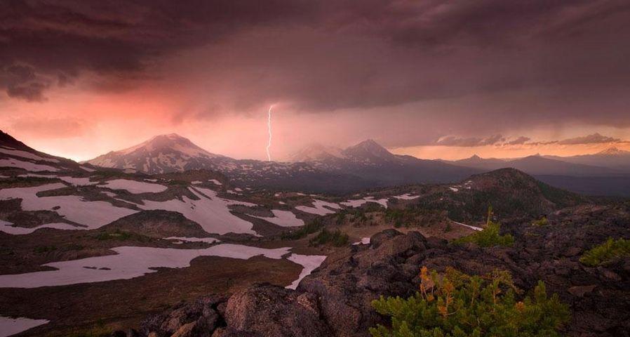俄勒冈州三姐妹山上空的乌云与闪电