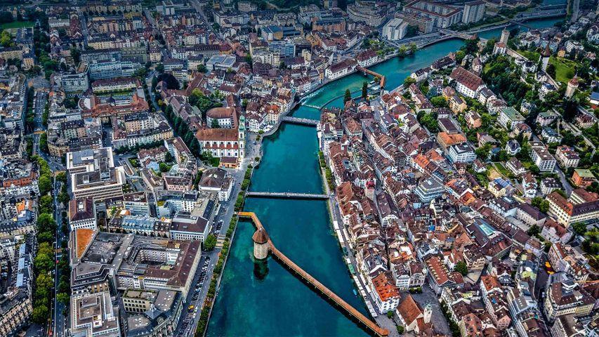 Luftbildaufnahme der Kapellbrücke über die Reuss, Luzern, Schweiz