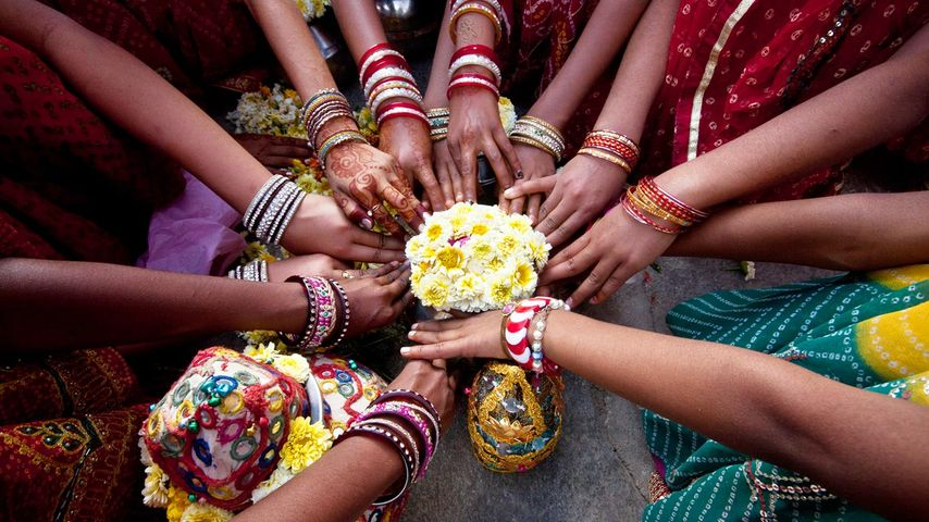 Jeunes filles indiennes priant ensemble