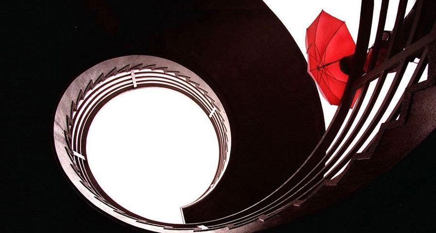 香港沃玛,楼梯间的小红伞