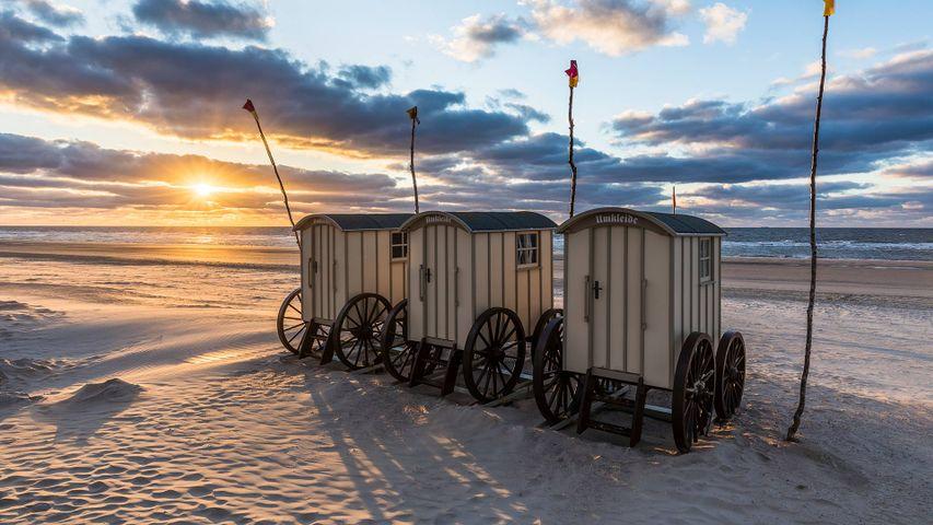 Umkleidewagen am Strand bei Sonnenuntergang auf der Insel Norderney, Ostfriesland, Niedersachsen