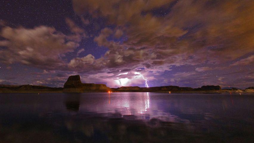 鲍威尔湖上空的雷暴,美国亚利桑那州