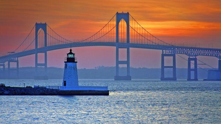 美国,罗得岛州,克莱本佩尔新港桥和纽波特港口之光