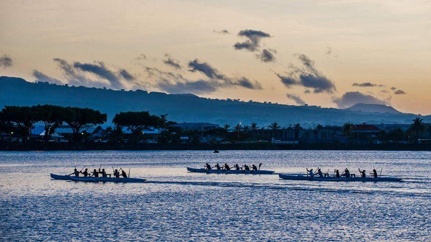 Canoës dans le port d'Apia, Samoa