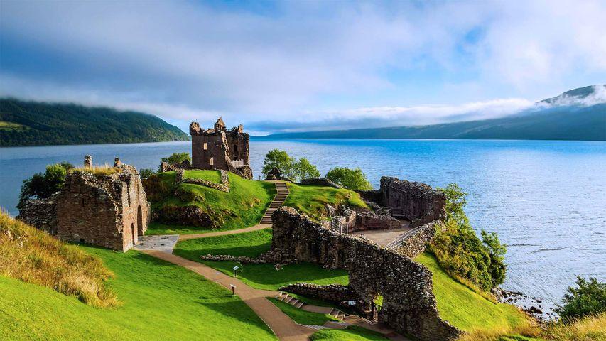 Urquhart Castle und Loch Ness im schottischen Hochland