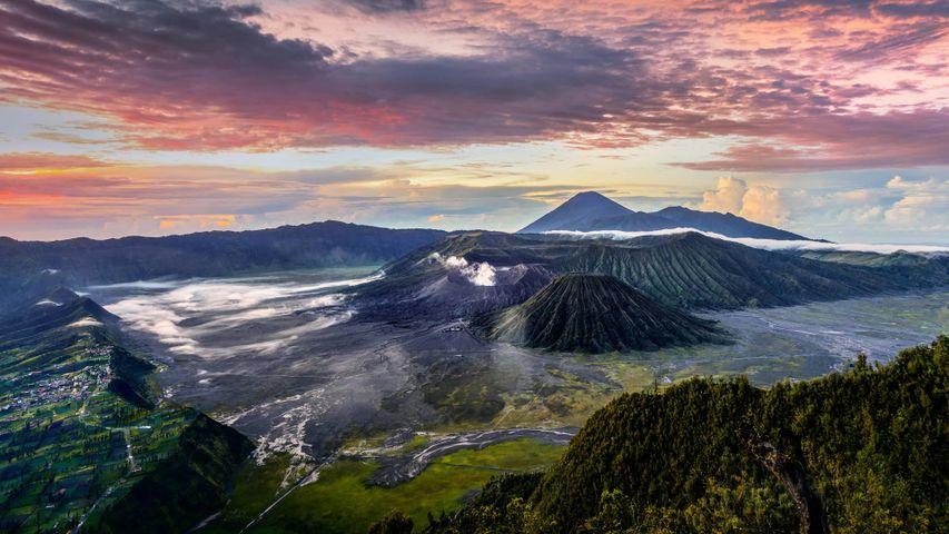 Der rauchende Krater des Vulkans Bromo, Ost-Java, Indonesien