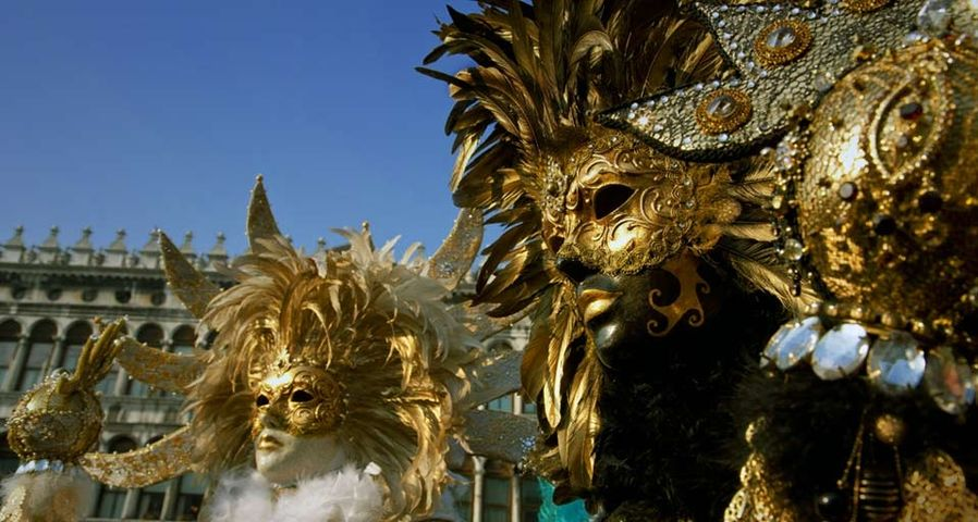 Two persons wearing Carnival masks in Venice, Italy – Matthias Tunger/age fotostock ©