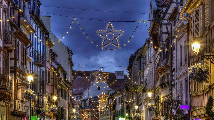 Une rue de Colmar décorée pour les fêtes de fin d'année, Alsace, France