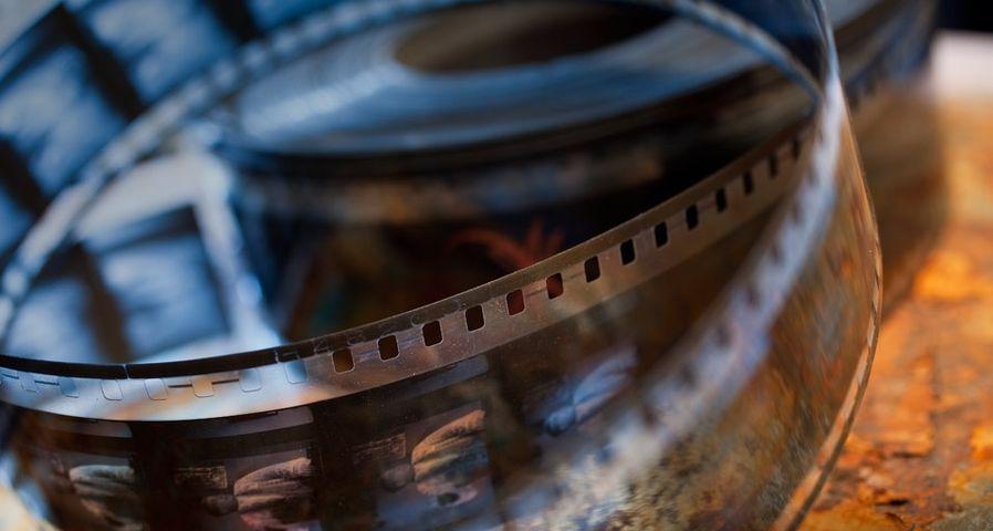Gros plan sur une pellicule de film, Lobster Films à Paris