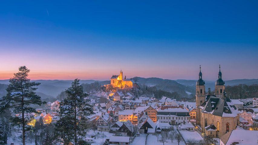 Vue sur le village de Gössweinstein et son château au loin, Bavière, Allemagne