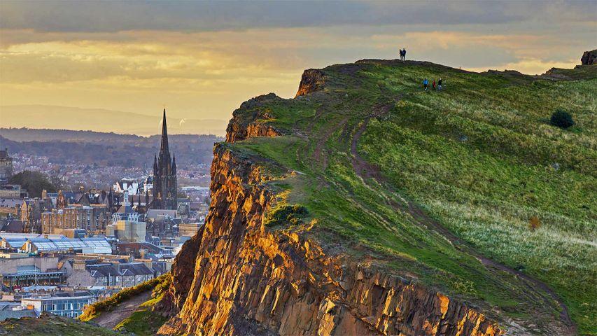 从索尔兹伯里的峭壁上俯瞰爱丁堡,苏格兰荷里路德公园