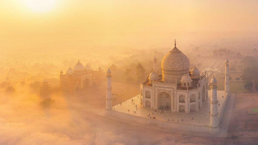 El Taj Mahal entre la niebla, en Agra, India