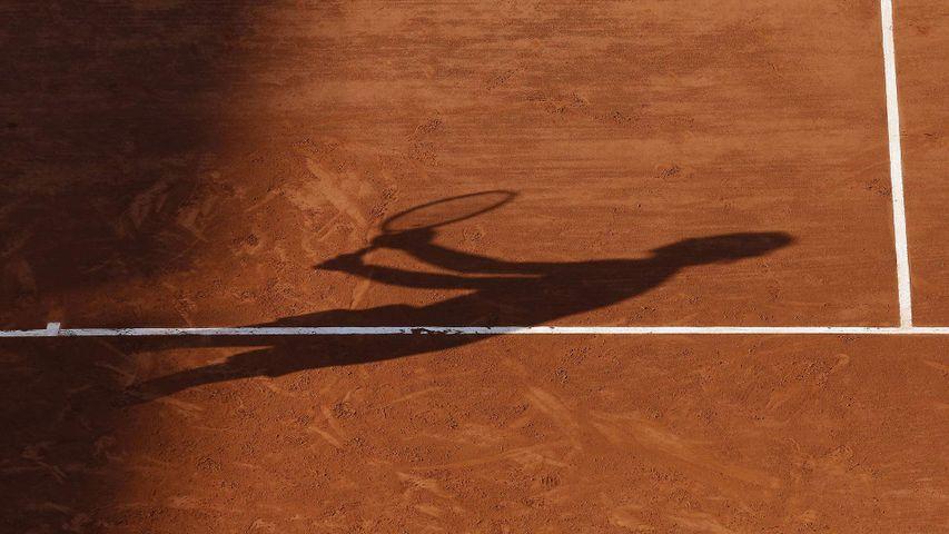 L'ombre de Rafael Nadal sur la terre battue de Roland-Garros, Bois de Boulogne, Paris, France