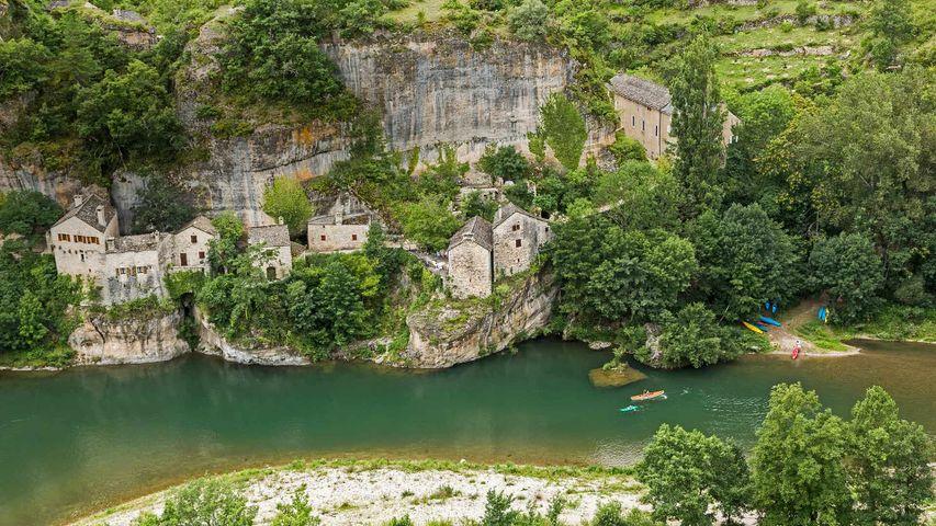 Das Dorf Castelbouc in der Gorges du Tarn am Ufer des Tarn, Frankreich