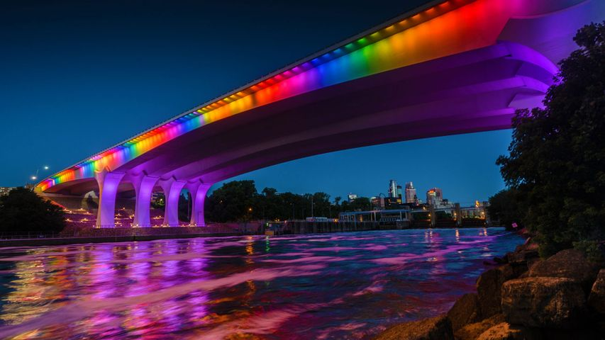 「I-35W ミシシッピ川橋のレインボー・ライトアップ」米国ミネソタ州, ミネアポリス