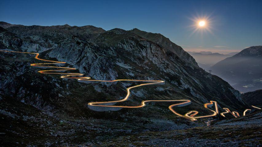 Light Trails PREMIUM 4K Theme for Windows 10