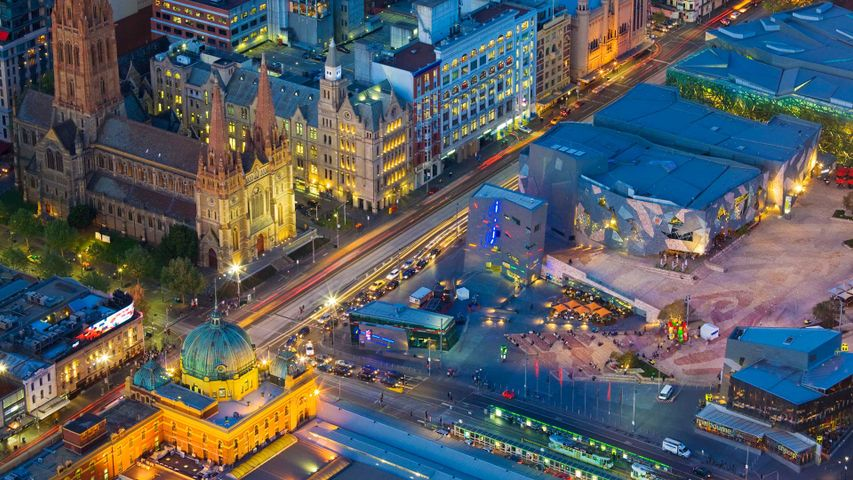 Federation Square, Flinders Street Station, trams and St-Paul's Cathedral, Melbourne