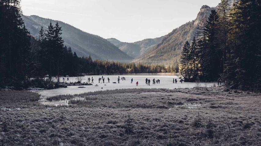 贝希特斯加登县拉姆绍小镇上结冰的Hintersee湖和滑冰者,德国巴伐利亚