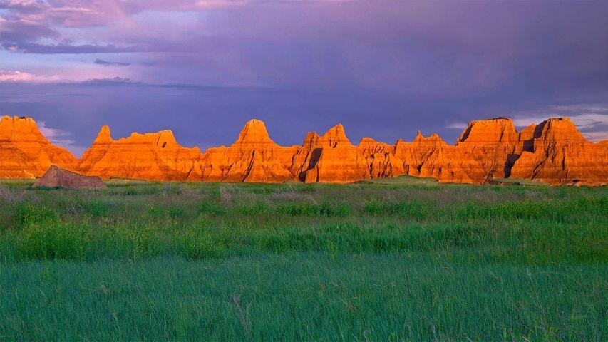 Prärie und Gipfel im Badlands-Nationalpark, South Dakota, USA