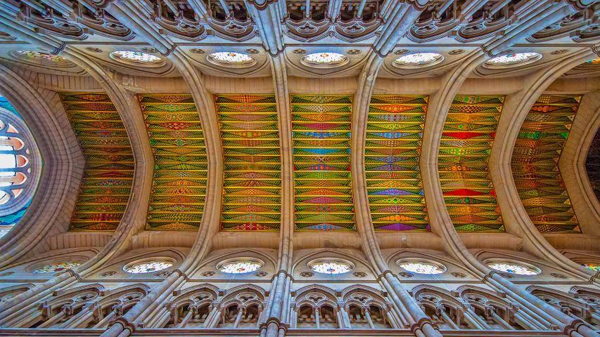 Detalle de la nave central de la catedral de La Almudena, Madrid