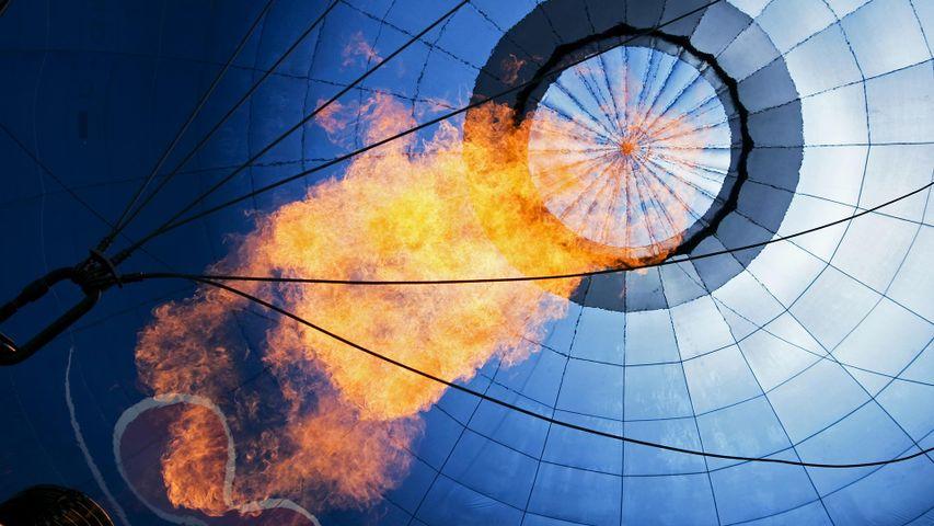 Heißluftballon, der mit einem Brenner aufgeheizt wird, Bad Wiessee, Bayern, Deutschland