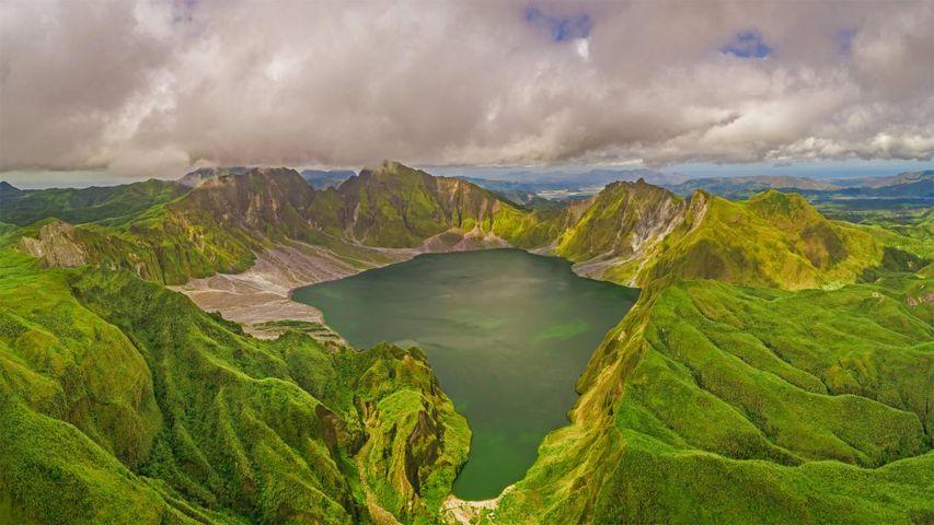 「ピナトゥボ山とクレーター湖」フィリピン, ポラック (© Amazing Aerial Agency/Offset by Shutterstock)