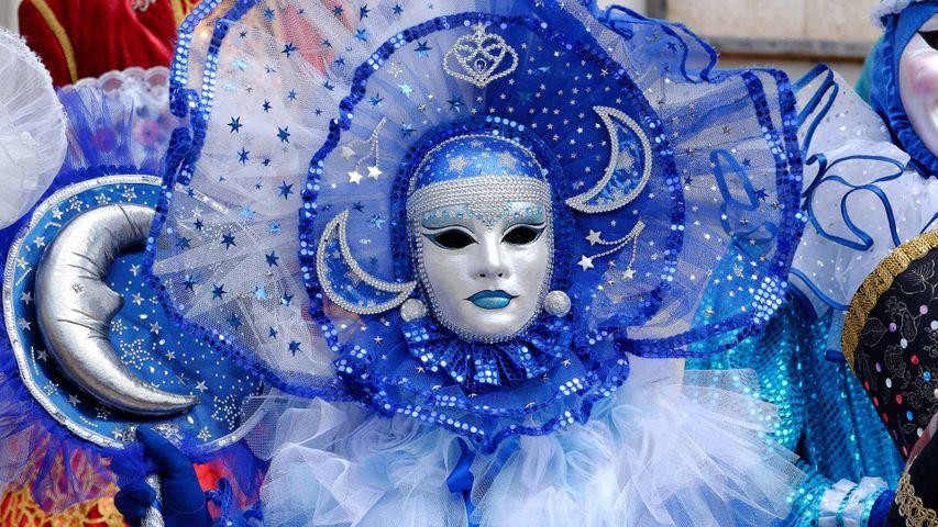 Masque vénitien lors du carnaval vénitien de Mayenne pour Mardi gras, Loire