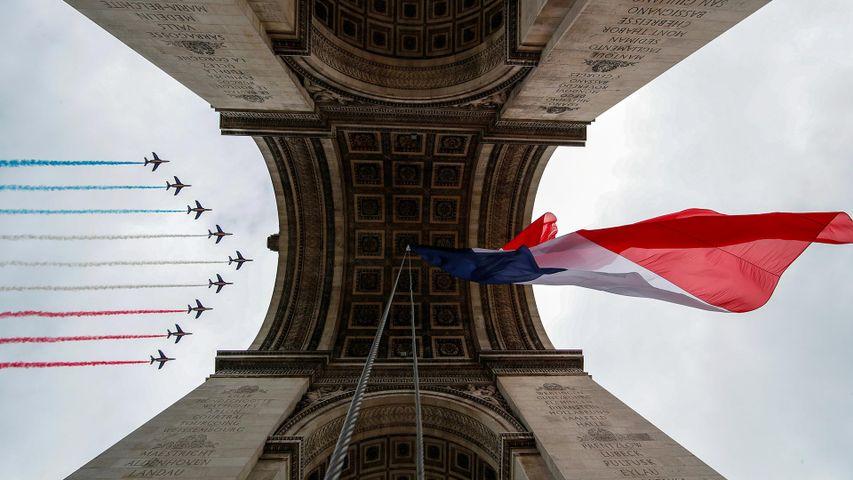La Patrouille de France survolant l'Arc de Triomphe lors des célébrations du 14 juillet 2020
