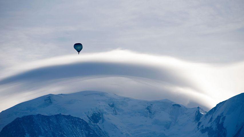Le Mont Blanc, surmonté d'un nuage lenticulaire et d'une montgolfière, Haute-Savoie